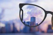 Illustration einer Brille mit Scharf/Unscharfer Ansicht